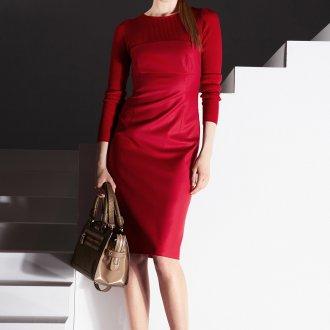 Красное платье с бежевой сумкой и туфлями