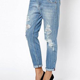 Рваные свободные джинсы