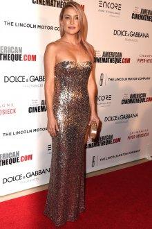 Серебристое длинное платье с открытыми плечами