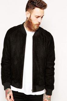 Черная мужская куртка из замши с белой футболкой
