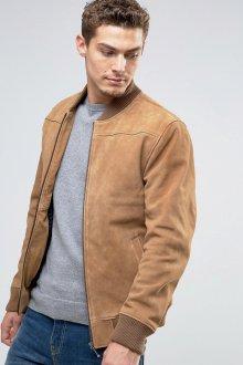 Бежевая мужская замшевая куртка с серой футболкой и джинсами