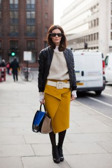 Горчичная юбка с бежевым свитером и черной курткой