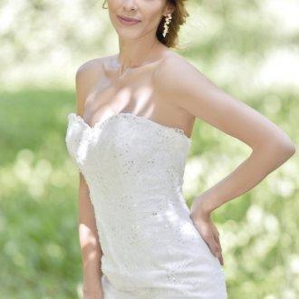 Свадебное платье с пайетками и открытыми плечами