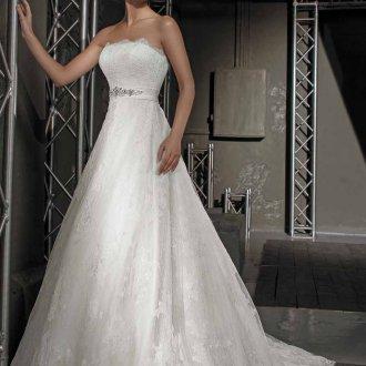 Свадебное платье с поясом и открытыми плечами