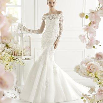 Кружевное свадебное платье с пышной юбкой и открытыми плечами