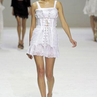 Белое платье с завязками в бельевом стиле
