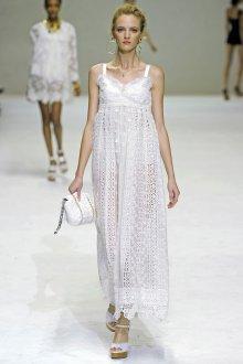 Белое длинное платье в бельевом стиле