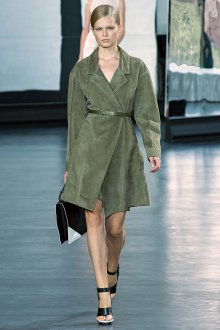 Пастельно-зеленое замшевое пальто
