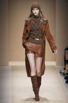 Длинное коричневое пальто из замши