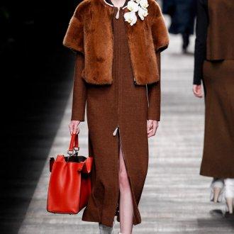 Коричневое пальто с красной сумкой