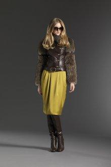 Коричневая куртка и сапоги с желтым платьем
