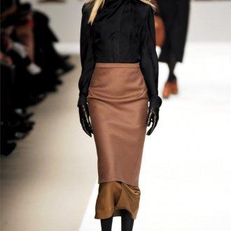 Коричневая юбка с черной одеждой