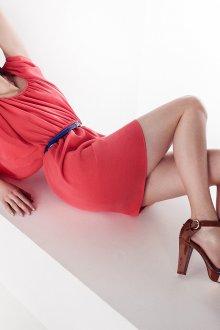 Коралловое платье с коричневыми туфлями
