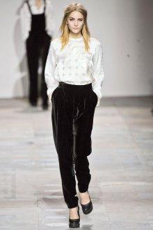 Черные бархатные брюки с белой кофтой
