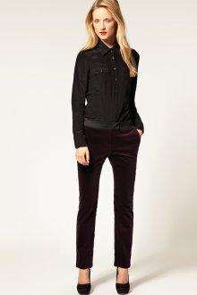 Фиолетовые бархатные брюки с черной рубашкой