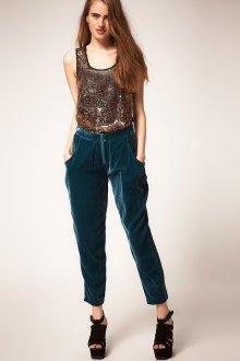Изумрудные бархатные брюки с коричневым топом