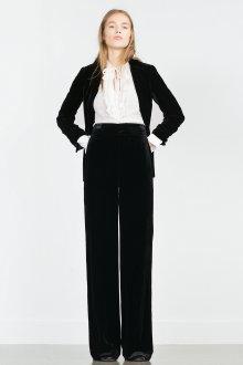 Черный бархатный костюм с белой рубашкой