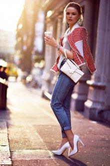 Белые туфли с джинсами и кофтой