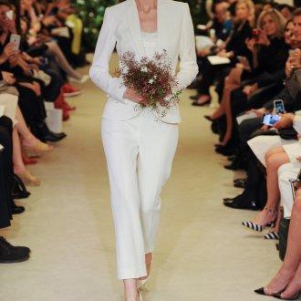 Свадебные белые туфли с костюмом