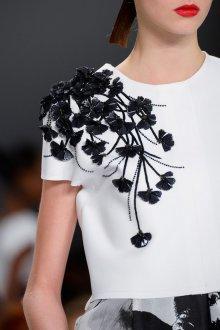 Украшение платья черными бусинами в форме цветов