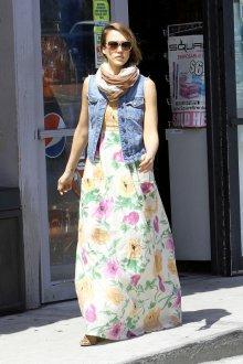 Джинсовая жилетка с летним платьем