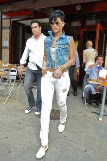 Джинсовая жилетка с белыми джинсами