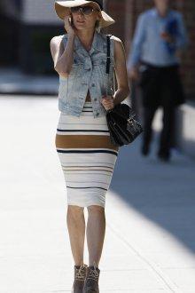 Джинсовая жилетка с платьем в полоску