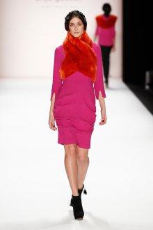 Розовое платье с черными ботильонами