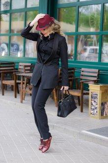 Черный женский смокинг с красной шляпкой и туфлями