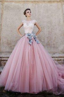 Розовое свадебное платье с пышной юбкой