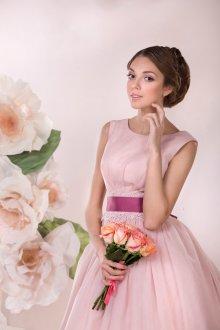 Розовое свадебное платье с фиолетовым поясом