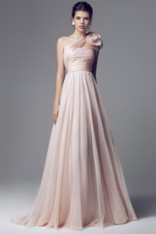 Красивое розовое свадебное платье с цветком на плече