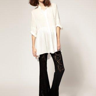 Черные кружевные брюки с белой блузкой