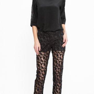 Черные кружевные брюки с черной блузкой