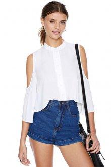 Белая рубашка с открытыми плечами с джинсовыми шортами
