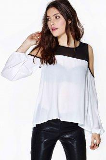 Черно-белая блузка с открытыми плечами с кожаными брюками