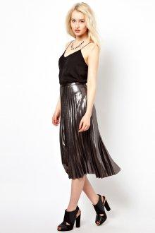 Серая блестящая юбка плиссе с черным топом