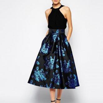 Черно-синяя блестящая юбка с черной блузкой
