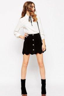 Черная замшевая юбка с белой блузкой