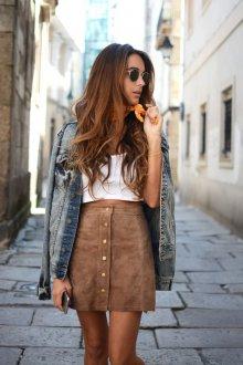 Коричневая замшевая юбка с белым топом и джинсовой курткой