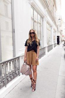 Коричневая замшевая юбка с черной футболкой