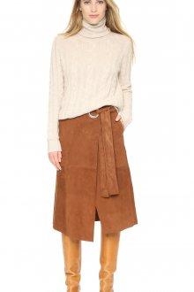 Коричневая замшевая юбка с бежевым свитером