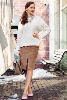 Коричневая замшевая юбка с белым свитером
