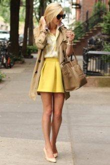 Бежевая сумка с желтой юбкой и блузкой