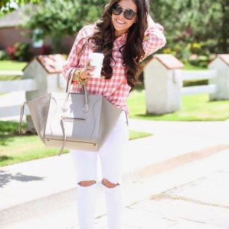 Бежевая сумка с белыми джинсами и клетчатой рубашкой