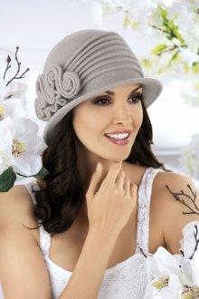 Серая фетровая шляпа с декором