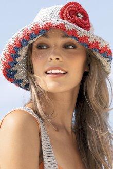 Вязаная шляпа с цветком