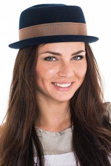 Синяя шляпа с коричневой лентой