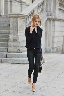 Бежевые туфли с черными брюками и блузкой