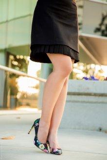 Туфли с цветочным принтом с черным платьем